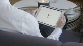 Tableta que conecta con WiFi almacen de metraje de vídeo