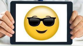 Tableta que muestra smiley de las gafas de sol