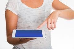 Tableta que presenta por la mujer con el finger Imágenes de archivo libres de regalías