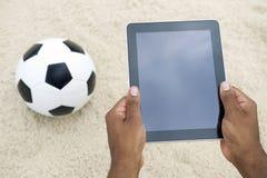 Tableta Rio de Janeiro Brazil Beach del balón de fútbol del fútbol Fotografía de archivo libre de regalías