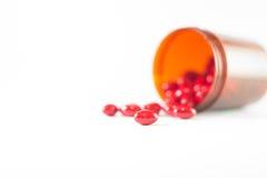 Tableta roja y botella marrón de la medicina Foto de archivo libre de regalías