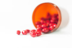 Tableta roja y botella marrón de la medicina Imagen de archivo libre de regalías