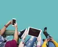 Tableta social en línea de los medios de la tecnología de la gente Fotografía de archivo
