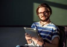 Tableta sonriente de las aplicaciones del adolescente Imagenes de archivo