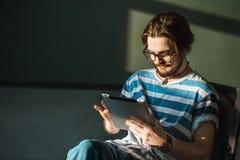 Tableta sonriente de las aplicaciones del adolescente Fotografía de archivo