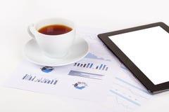 Tableta, té en cartas financieras del gráfico Imagen de archivo