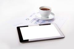 Tableta, té en cartas financieras del gráfico imagenes de archivo