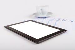 Tableta, té en cartas financieras del gráfico foto de archivo libre de regalías