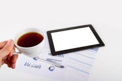 Tableta, té en cartas financieras del gráfico Fotografía de archivo libre de regalías