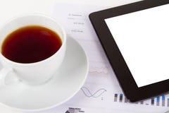 Tableta, té en cartas financieras del gráfico fotos de archivo libres de regalías