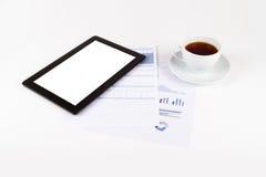 Tableta, té en cartas financieras del gráfico Imágenes de archivo libres de regalías