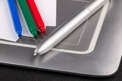 Tableta tamaño pequeño de bambú de la pluma con la aguja y las plumas coloreadas Fotos de archivo libres de regalías