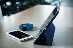Tableta, teléfono elegante, reloj elegante Fotos de archivo libres de regalías