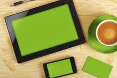 Tableta, teléfono móvil y tarjeta de visita foto de archivo