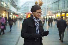 Tableta urbana del holdin del hombre en la calle Imagen de archivo libre de regalías