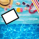 Tableta vacía en blanco, accesorios del verano en la playa Fotos de archivo libres de regalías
