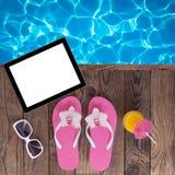 Tableta vacía en blanco, accesorios del verano en la playa Fotografía de archivo libre de regalías