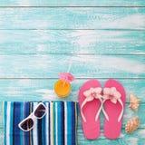 Tableta vacía en blanco en la playa Accesorios de moda del verano en piscina de madera del fondo Flip-flop en la playa Flor tropi Fotografía de archivo libre de regalías
