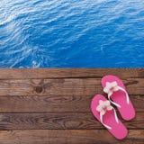 Tableta vacía en blanco en la playa Accesorios de moda del verano en piscina de madera del fondo Flip-flop en la playa Flor tropi Imágenes de archivo libres de regalías
