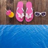 Tableta vacía en blanco en la playa Accesorios de moda del verano en piscina de madera del fondo Flip-flop en la playa Flor tropi Foto de archivo