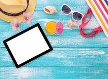 Tableta vacía en blanco en la playa Verano Fotografía de archivo
