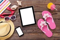 Tableta vacía en blanco en la playa Verano Fotos de archivo