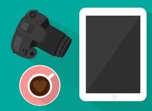 Tableta y café de la cámara libre illustration