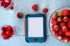 Tableta y fresa imagen de archivo