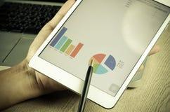 Tableta y gráficos fotos de archivo libres de regalías
