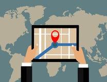 Tableta y mapa del mundo de los controles del hombre de negocios con el indicador de la ubicación Fotos de archivo