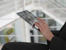 Tableta y mujer de negocios Imagen de archivo libre de regalías
