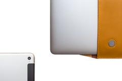 Tableta y ordenador portátil en un caso de cuero de la cubierta Imagen de archivo libre de regalías