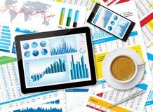 Tableta y papeles financieros Fotos de archivo