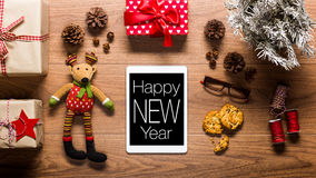 Tableta y presentes, concepto de Digitaces del Año Nuevo Imagen de archivo