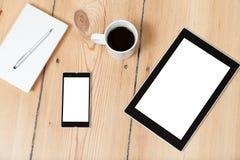 Tableta y smartphone en piso de madera Fotografía de archivo