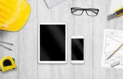 Tableta y teléfono elegante en el escritorio del diseñador fotografía de archivo libre de regalías