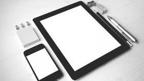 Tableta y teléfono móvil con color blanco y negro de los materiales de oficina Fotos de archivo