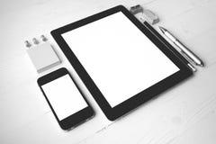 Tableta y teléfono móvil con color blanco y negro de los materiales de oficina Fotografía de archivo