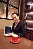 Tabletaffärskvinna som visar skärmskärmen royaltyfri foto