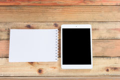 Tabletapparaat op houten werkruimtelijst Royalty-vrije Stock Foto