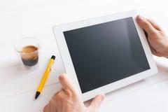 Tabletapparaat over een witte houten werkruimtelijst stock fotografie