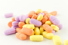 Tabletas antibióticos coloridas en blanco Fotografía de archivo libre de regalías