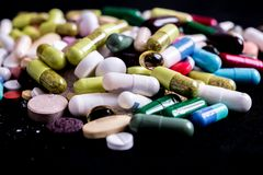 Tabletas, c?psulas, drogas de la terapia y p?ldoras farmac?uticas fotos de archivo libres de regalías