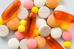 Tabletas coloridas clasificadas, píldoras, drogas en el fondo blanco Medicaci?n y concepto de la atenci?n sanitaria foto de archivo libre de regalías