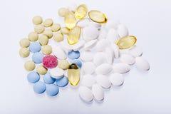 Tabletas coloridas en el fondo blanco. Imagen de archivo