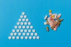 Tabletas de la medicación en fondo del color Concepto de salud, tratamiento, opción, forma de vida sana imagen de archivo