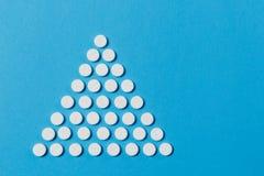Tabletas de la medicación en fondo del color Concepto de salud, tratamiento, opción, forma de vida sana foto de archivo libre de regalías