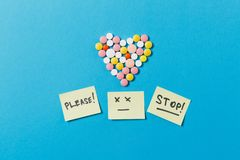 Tabletas de la medicación en fondo del color Concepto de salud, tratamiento, opción, forma de vida sana Fotografía de archivo libre de regalías