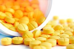 Tabletas de la medicina y x28; o pills& x29; el derramarse hacia fuera de la botella Imagen de archivo libre de regalías