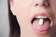 Tabletas de la tenencia ilícita y del apego de drogas Ciencia farmacéutica, teoría de conspiración Abuso del medicamento de venta Fotos de archivo